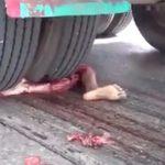 【閲覧注意】トラックのタイヤで身体をすり潰された女性のグロ動画。