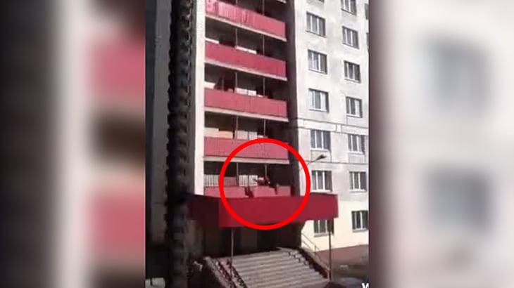 【衝撃映像】飛び降り自殺の衝撃により停車していた車のアラームが作動。