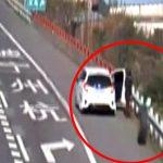 【衝撃映像】走行中のトラックから外れたタイヤ、まるでボーリングのように人に衝突してしまう。