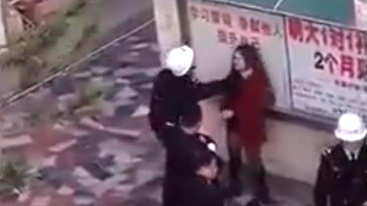 【衝撃映像】1人の女性を殴りまくるこの男たち、警察官だそうです・・・。
