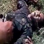 【閲覧注意】負傷して痙攣する兵士の頭を銃で撃ち抜くグロ動画。