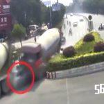 【衝撃映像】タンクローリー同士の追突事故に挟まれて潰されてしまった車。