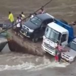 崩壊した橋に取り残されたドライバー、車と共に水の底に沈んでしまう・・・。