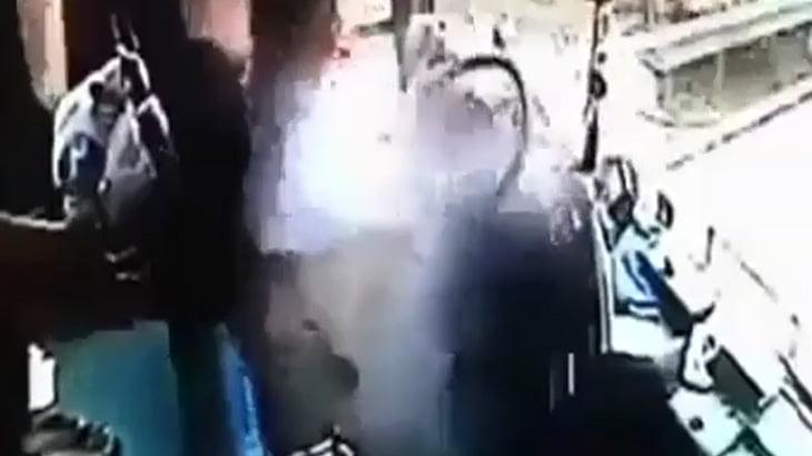 【衝撃映像】何かの破片がバスのフロントガラスを突き破り、ドライバーに直撃。