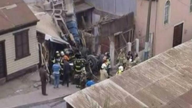 【衝撃映像】ブレーキが壊れたトラック、高架下に落下して民家に突っ込んでしまう・・・。