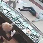 強盗の男、居合わせた男性によるハイキックで一撃ノックアウト。