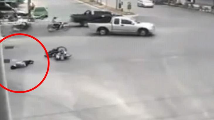 車と衝突して倒れたバイクの男性、誰にも助けてもらえない・・・。