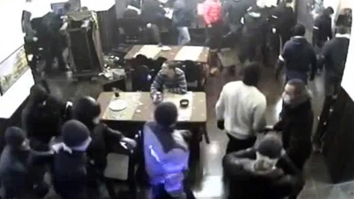 【衝撃映像】覆面つけた大勢の男たちに襲撃されたお店の監視カメラ映像 in ロシア。