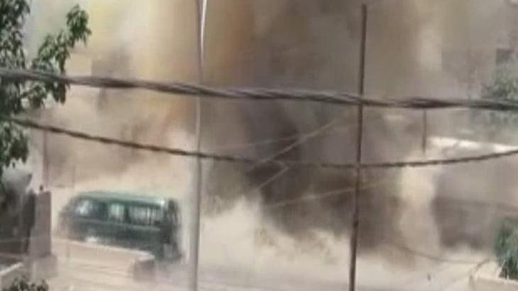 【衝撃映像】テロリスト「屋根の下にいる奴らに爆弾投げて殺したろ!」→ 大爆発。