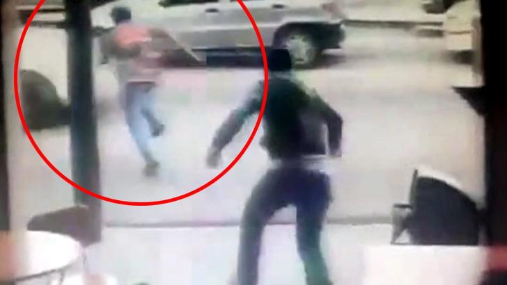 スマホを盗んで逃げようとした泥棒、車に轢かれてしまう・・・。