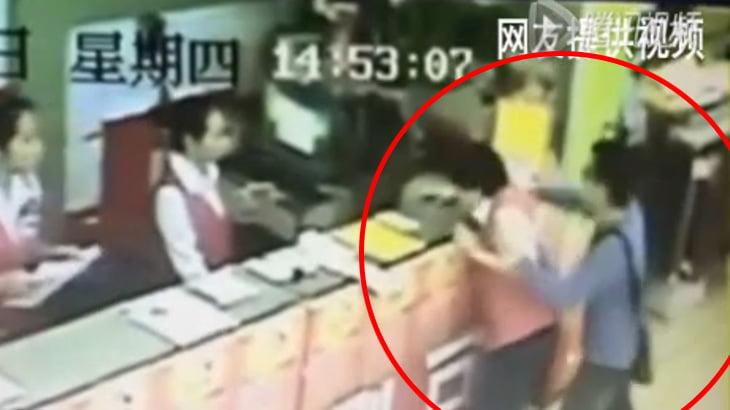 【衝撃映像】足元に隠したナイフで女性販売員を何度も刺す男・・・。