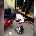 【閲覧注意】スクーターに乗った女性、転倒してバスのタイヤに頭を踏み潰されてしまったグロ動画。