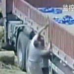 【衝撃映像】重機のタイヤで弾かれた丸太、作業員の頭にクリーンヒット。