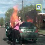 【衝撃映像】車を運転中、突然車内が炎に包まれてしまうアクシデント。