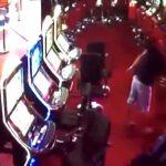 【衝撃映像】カジノで負けすぎた男、他の客を銃で殺してしまう・・・。
