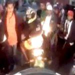 【衝撃映像】警察に追われるバイク強盗、車に轢かれて終了・・・。