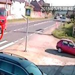 【衝撃映像】横断歩道を渡っていた母と幼い息子、トラックにゆっくりと轢かれてしまう・・・。