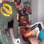 【閲覧注意】自宅のベッドで死亡した男、身体中ウジ虫が這い回るグロ動画・・・。