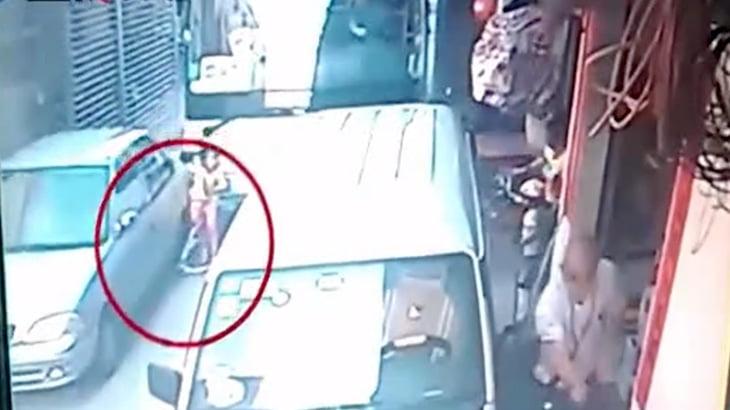 【衝撃映像】キックスクーターで遊んでいた女の子、暴走したバスに轢かれて死亡・・・。