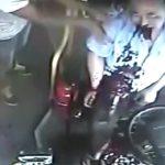 【衝撃映像】突然、大量の血を吐き出すバスの運転手。