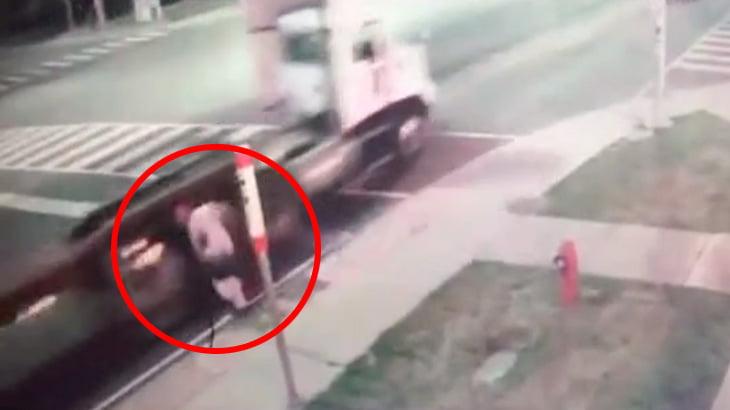 これは発作か何か・・・?歩道でよろめいてしまった男性、トラックに轢かれてしまう。