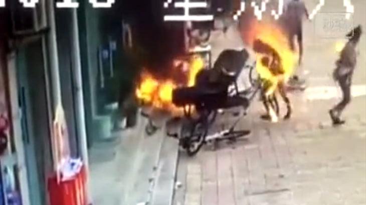 【衝撃映像】中国にて、謎の爆発により男女が火だるまになってしまうアクシデント。