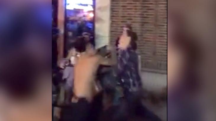 街なかで喧嘩する2人の男性、ダブルノックアウトにギャラリー大盛り上がり。