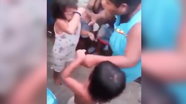 【胸くそ】「もうやりたくない!」と泣く小さな女の子たちに殴り合いを強要するクソ親。