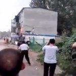 【衝撃映像】レンガを投げまくって荒ぶる男、警察官に射殺される・・・。
