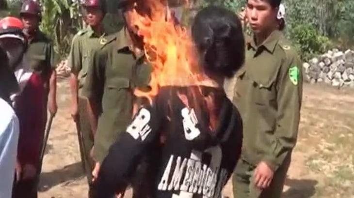 【衝撃映像】工事に反対する女性、自分の身体に火を放ってしまう・・・。