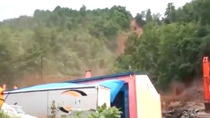 【衝撃映像】大雨により山が地すべりを起こす恐ろしい瞬間。