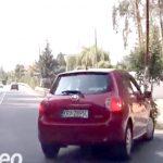 車を追い越しながら走るロードバイクさん、右折車と衝突しそうになって一回転。