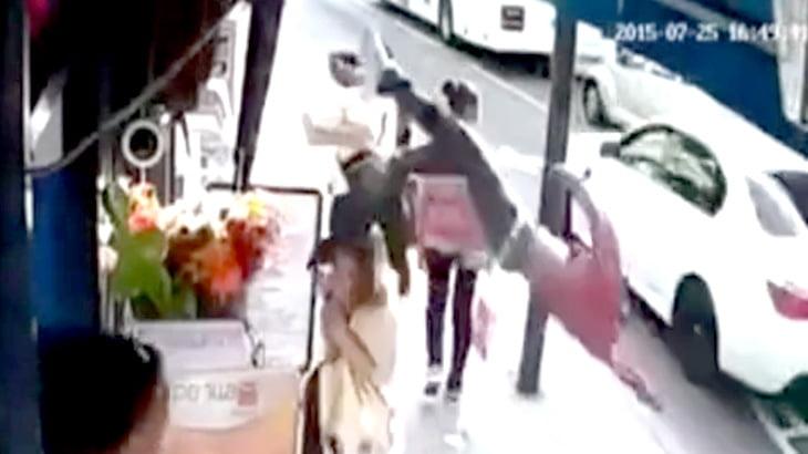 【衝撃映像】ひき逃げされた男性が弾き飛ばされて歩道を歩く女性に激突・・・。
