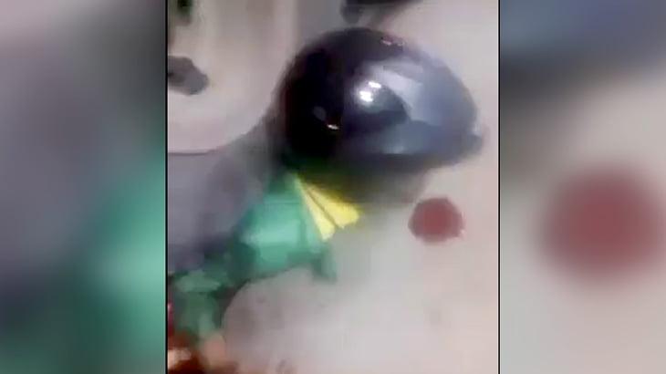 【閲覧注意】トラックのタイヤで内臓を絞り出されてしまった男性のグロ動画。