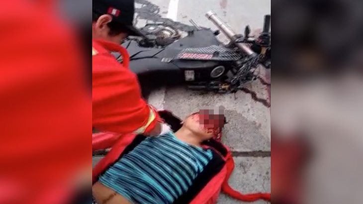 【閲覧注意】バイクに乗っていた男性、事故で頭が割れて死亡したグロ動画。