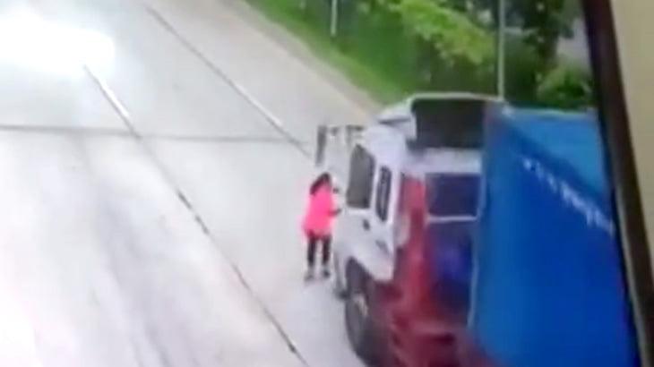 【衝撃映像】トラックにわざと轢かれて自殺する女・・・。