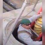【衝撃映像】マンホール内で作業中の男性、突然の爆発で吹き飛ばされてしまう・・・。