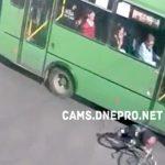 【衝撃映像】ロードバイクさん、走行するバスの下に入ってしまい頭を踏まれて死亡・・・。