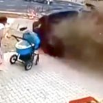 【衝撃映像】ベビーカーを押すこの女性、あと少しで死んでいたかも・・・。