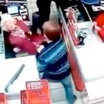 【衝撃映像】レジでお釣りをもらっていた男、やたらくっついてきたお婆ちゃんを殴り倒してしまう・・・。