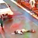 【衝撃映像】車に轢かれて路上に倒れていた男性、後続車にさらに轢かれてしまう・・・。