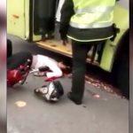 【閲覧注意】バイクに乗っていた女性、転倒して頭をバスのタイヤに潰されて死亡したグロ動画・・・。