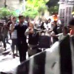 【衝撃映像】反政府デモ隊に至近距離から銃をぶっ放す警察官。