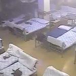 【衝撃映像】軍の兵舎が突然崩れて24人が死亡する瞬間。