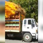 【衝撃映像】荷台が燃えているのに走行を続けるトラック。
