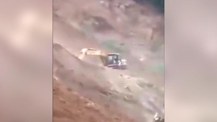【衝撃映像】地すべりにより2人の作業員が死亡した瞬間。