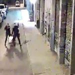 【衝撃映像】容疑者の男を必要以上に殴りまくる警察官。