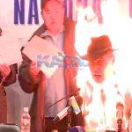 【衝撃映像】記者会見中、突然自分の身体に火を放つ男・・・。