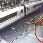 【衝撃映像】踏切で高速列車に弾き飛ばされてしまう男。