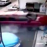【衝撃映像】とんでもないスピードで美容院に突っ込んだ車、2人を殺してしまう・・・。